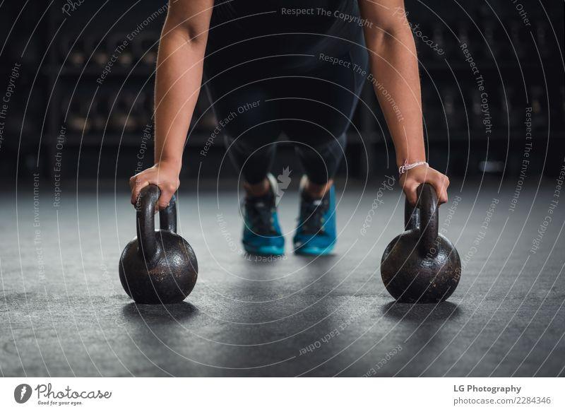 Cross-Fit-Training mit Kettlebällen Körper Sport Mensch Mann Erwachsene Gebäude Fitness muskulös natürlich stark Kraft Energie Konkurrenz Konzentration
