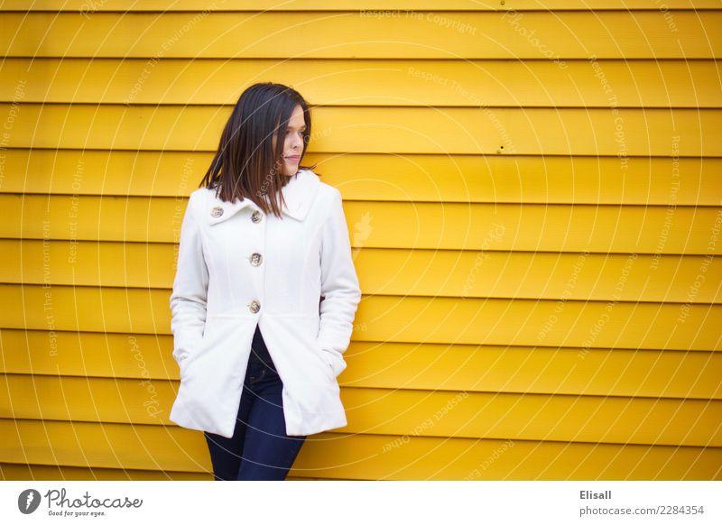 Frau auf gelber Wand Mensch Junge Frau Winter Erwachsene Gefühle Denken Stimmung träumen einzigartig Idee Hoffnung Macht Mut Beratung