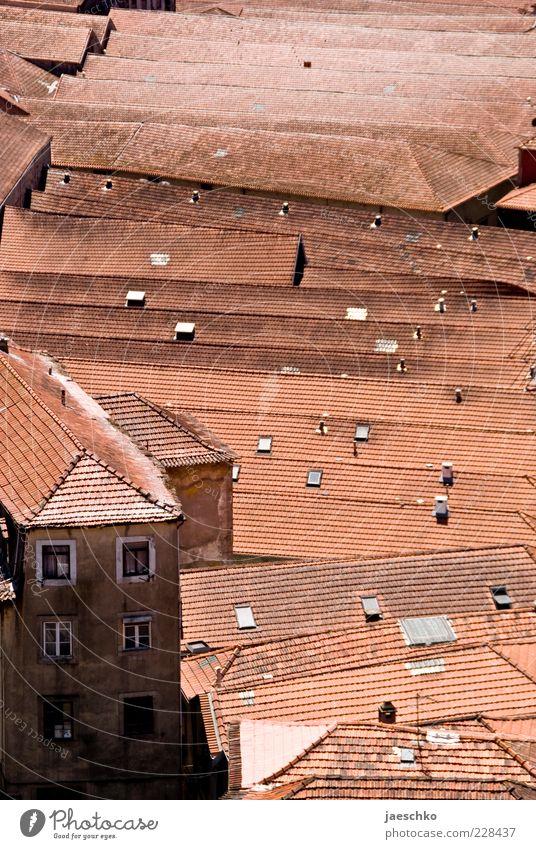 Massenmenschhaltung alt Stadt rot Haus Architektur Fassade Dach Bauwerk viele Stadtleben Gesellschaft (Soziologie) eng schäbig Platzangst Symmetrie voll