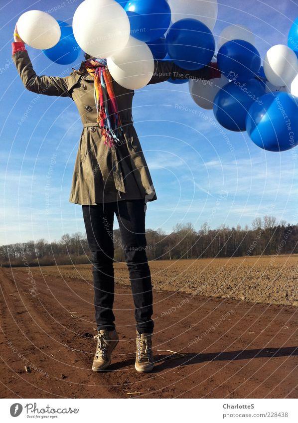 Bubbles in my head blau weiß Ferne feminin Leben Spielen Wege & Pfade springen Mode Erde Wind Feld außergewöhnlich groß authentisch Luftballon