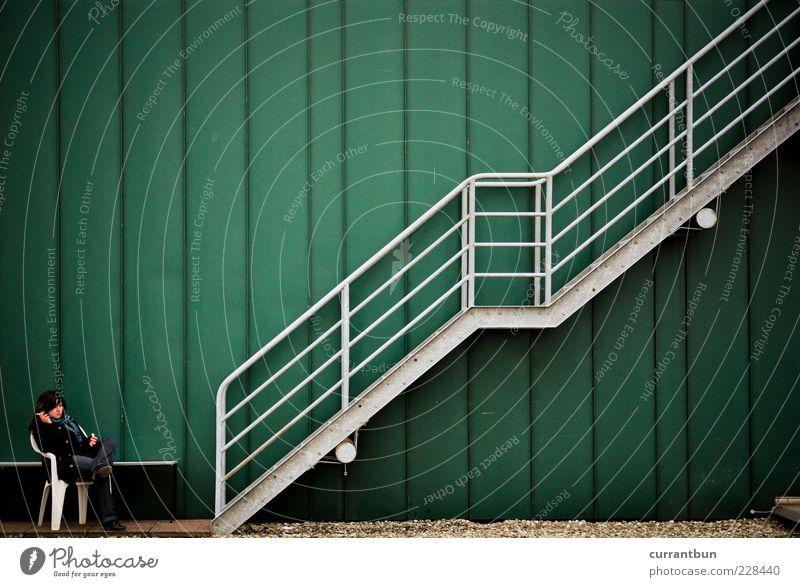 """selbst """"stairway to heaven""""... Frau grün ruhig Stein Zufriedenheit sitzen Fassade Treppe Stuhl Zigarette Treppengeländer silber Mensch Dinge"""