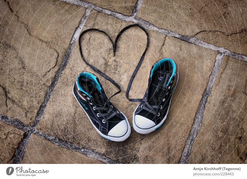 LOVE blau schwarz Gefühle Glück Stein Schuhe Herz Romantik Sehnsucht Symbole & Metaphern Leidenschaft Lebensfreude Turnschuh Fuge Verliebtheit Sympathie
