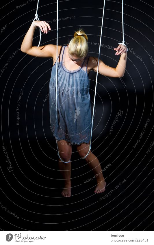 Marionette III ( Serie ) Mensch Frau Erwachsene Traurigkeit Armut Seil Macht Kleid Symbole & Metaphern Verbindung Theaterschauspiel hängen Kontrolle Barfuß
