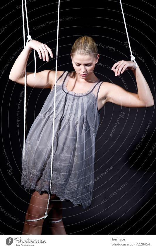 Marionette V ( Serie ) Mensch Frau Erwachsene Traurigkeit Arme Armut Seil Macht Kleid Symbole & Metaphern Verbindung Theaterschauspiel hängen Kontrolle Puppe