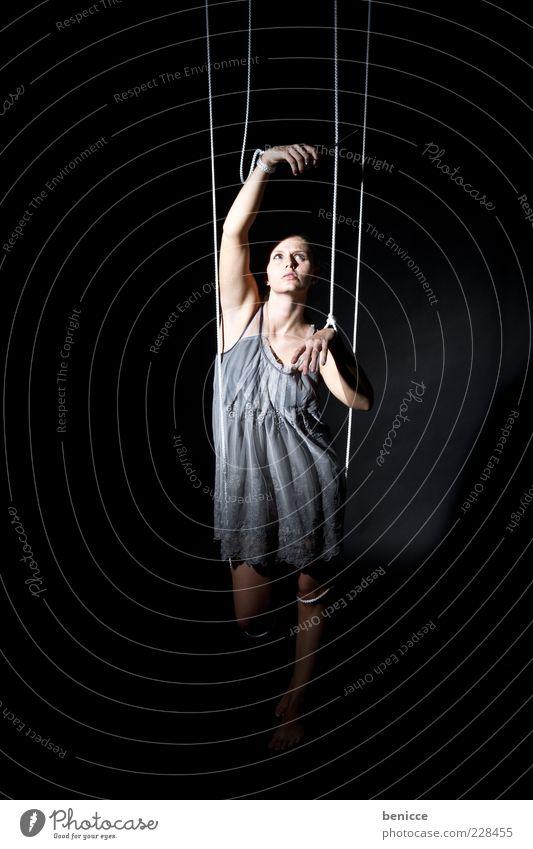 Marionette VI ( Serie ) Mensch Frau Erwachsene Traurigkeit Freiheit frei Arme Armut Seil Macht Kleid Symbole & Metaphern Verbindung Theater Kontrolle Puppe
