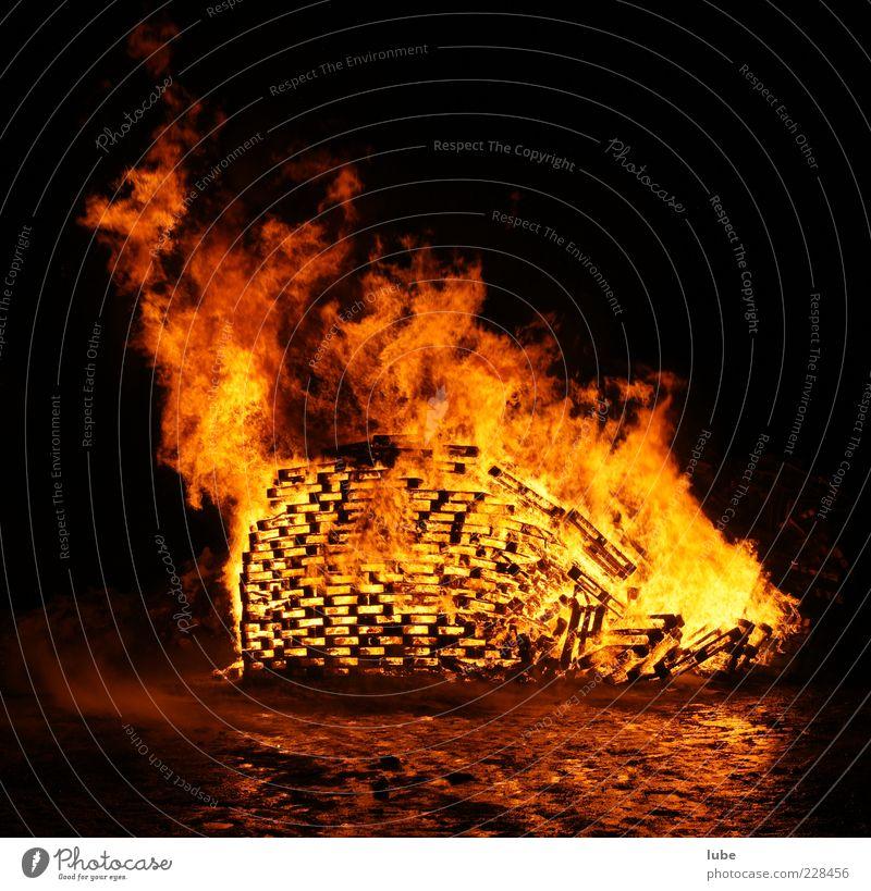 Freudenfeuer rot gelb dunkel Wärme Brand Feuer Warmherzigkeit heiß brennen Zerstörung Flamme heizen Feuerstelle Funken Nacht Osterfeuer