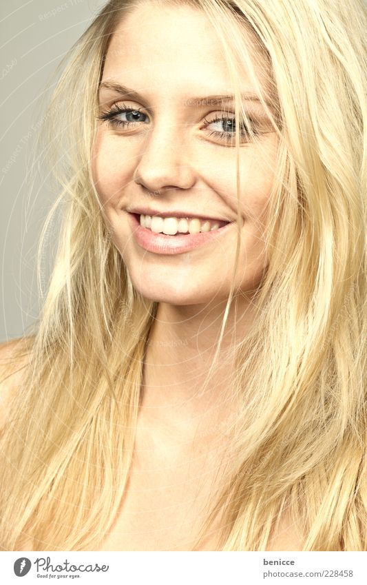 blond Frau Mensch Haare & Frisuren lachen Lächeln Blick in die Kamera attraktiv Zähne Gebiss schön Freude Studioaufnahme gold niedlich Beautyfotografie