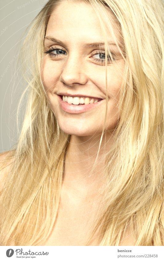 blond Frau Mensch schön Freude Haare & Frisuren lachen gold Gold Beautyfotografie niedlich Zähne Gebiss Lächeln langhaarig