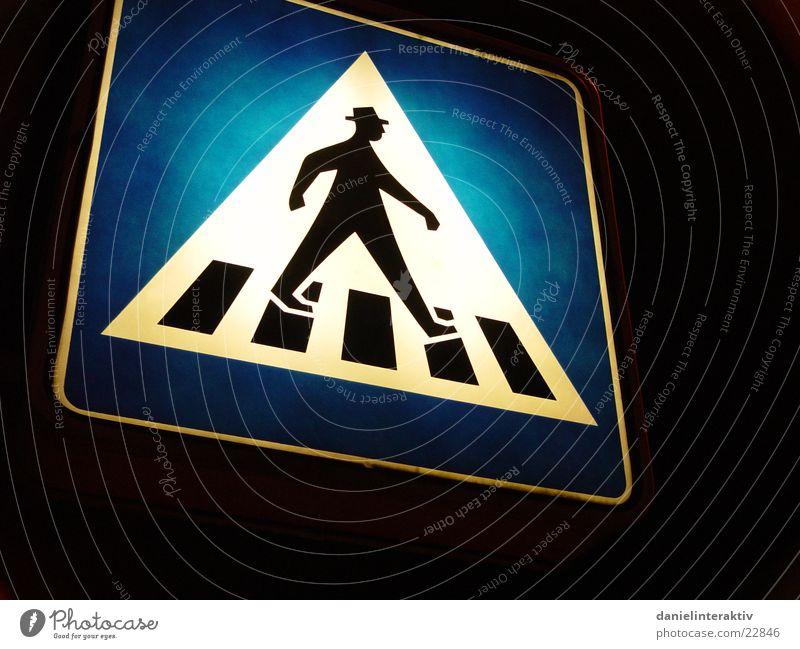 Bitte gehen Sie! Fußgänger Fußgängerübergang Nacht erleuchten Verkehr