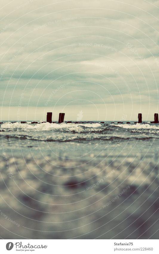 Wellen Natur Urelemente Erde Luft Wasser Himmel Wolken Gewitterwolken Sommer Unwetter Sturm Küste Strand Meer Stein frieren Coolness Ferne frei frisch nass