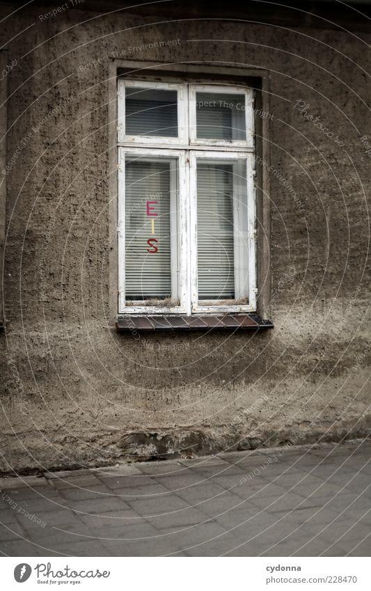 EIS von nebenan Haus Fenster Wand Mauer außergewöhnlich Schriftzeichen ästhetisch Neugier Bürgersteig Werbung Typographie Erwartung Hinweis Angebot dezent Leerstand