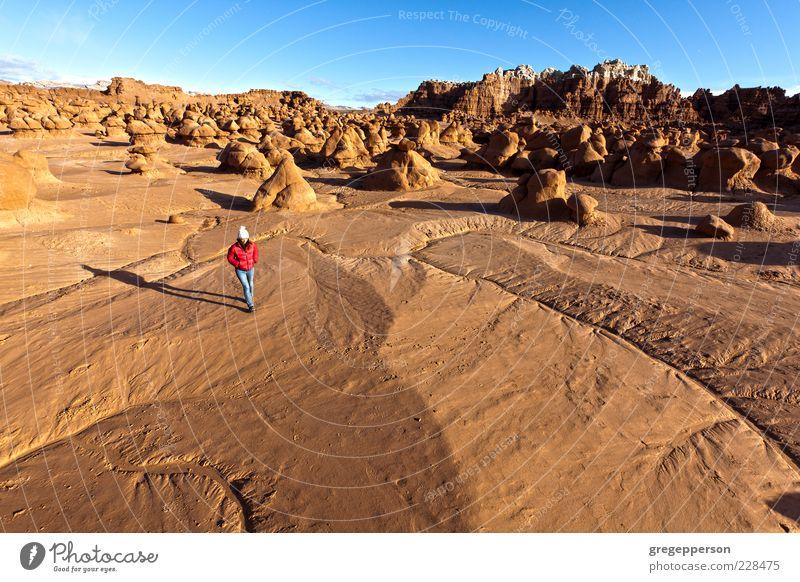 Mensch Natur Einsamkeit Erwachsene Landschaft Freiheit laufen wandern Abenteuer Klettern Wüste 18-30 Jahre Junge Frau Bergsteigen Wildnis Bewegung
