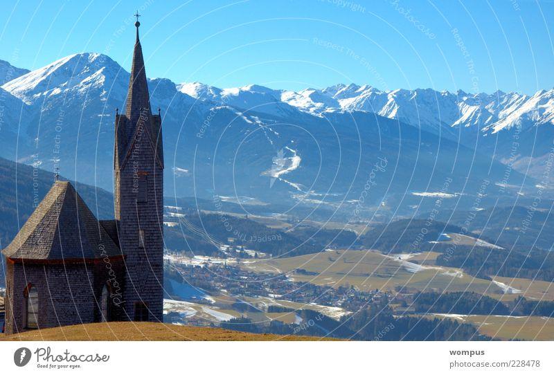 Himmel weiß grün blau Berge u. Gebirge Landschaft braun Tourismus Kirche Alpen Schönes Wetter Wolkenloser Himmel Schneebedeckte Gipfel
