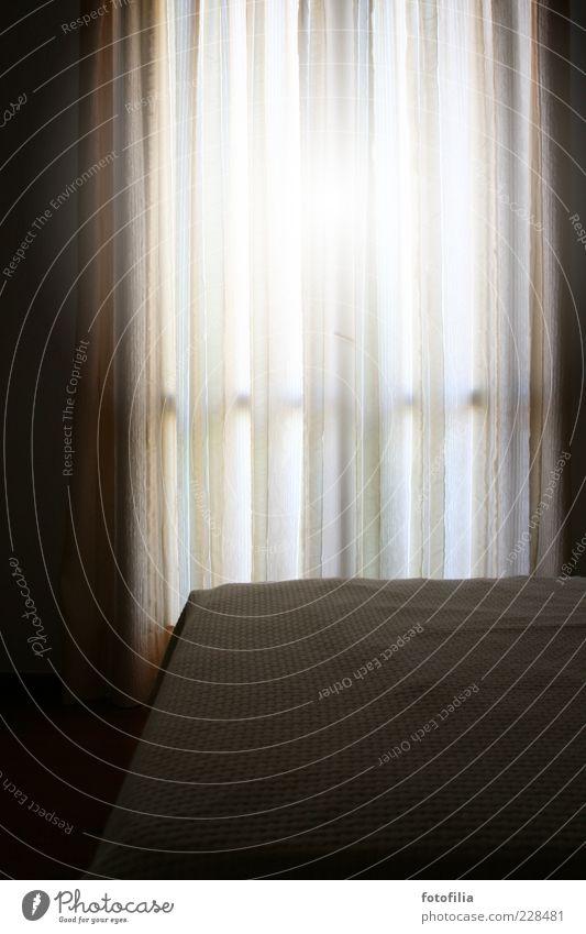 ein geheimnis bleibt es. Wohnung Bett Raum Schlafzimmer Vorhang Gardine Bettdecke Fenster Erholung leuchten dunkel einfach hell geheimnisvoll Hoffnung Stimmung