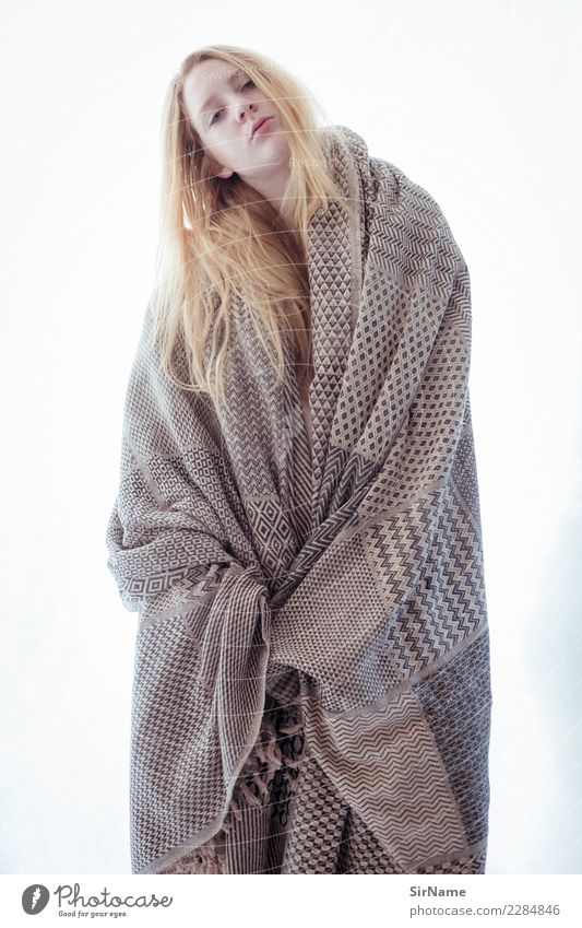 416 [robed] Mensch Jugendliche Junge Frau Stadt Erotik 18-30 Jahre Erwachsene Leben natürlich feminin Haare & Frisuren Mode blond stehen warten einzigartig