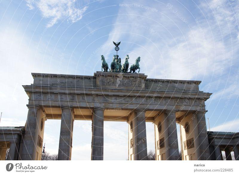 Brandenburger Tor blau Architektur groß Berlin Denkmal historisch Wahrzeichen Stadtzentrum Hauptstadt Sehenswürdigkeit Tür Originalität Bekanntheit Quadriga