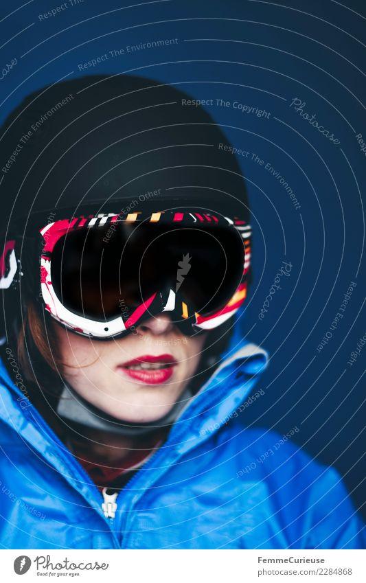 Woman with ski helmet and ski goggles Lifestyle Sport Fitness Sport-Training Skifahren feminin Junge Frau Jugendliche Erwachsene 1 Mensch 18-30 Jahre Skifahrer