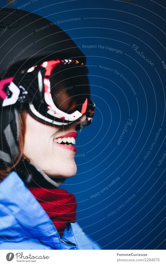 Smiling woman with ski helmet and ski goggles Lifestyle Sport Fitness Sport-Training Skipiste feminin Junge Frau Jugendliche Erwachsene 1 Mensch 18-30 Jahre