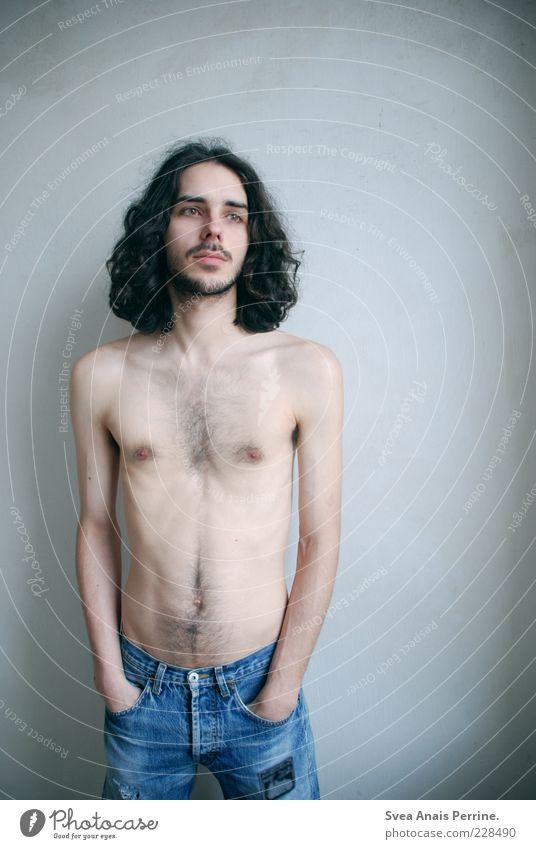 wertvoll. maskulin Körper Haut 1 Mensch 18-30 Jahre Jugendliche Erwachsene Jeanshose Haare & Frisuren brünett langhaarig Locken Blick stehen außergewöhnlich