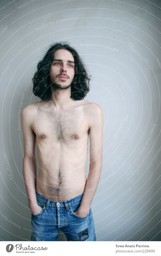 wertvoll. Mensch Jugendliche blau Gefühle Erwachsene Haare & Frisuren Stimmung Körper Arme Haut maskulin stehen außergewöhnlich Jeanshose dünn Brust