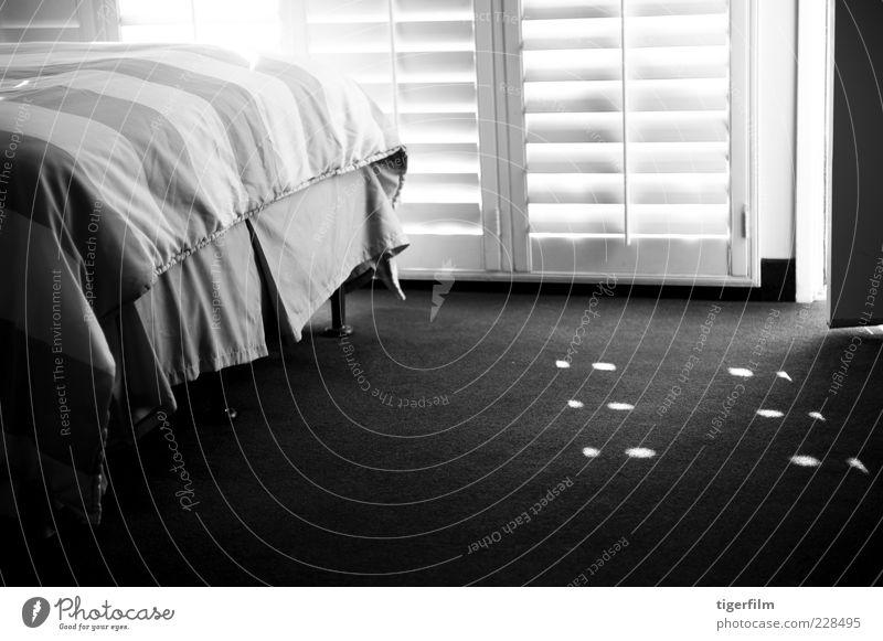 Fensterläden werfen Nachmittagslicht und Schatten Bett Bettwäsche Licht Lampe Vorleger Teppich Tür Hochsitz Schirm Sonnenschein Schönes Wetter Fensterladen weiß
