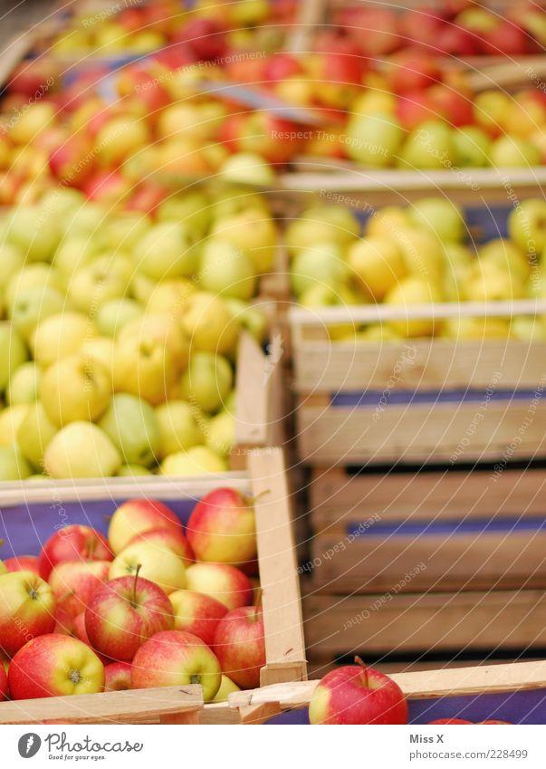 Apfelkisten Lebensmittel Frucht Ernährung Bioprodukte Vegetarische Ernährung frisch lecker saftig sauer süß Wochenmarkt Marktstand Gemüsemarkt Kiste Obstkiste