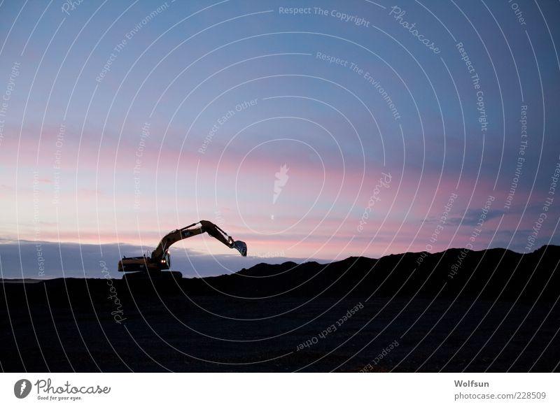 Baggern im Morgengrauen Himmel blau Einsamkeit schwarz rosa Baustelle bauen Endzeitstimmung Maschine Baumaschine