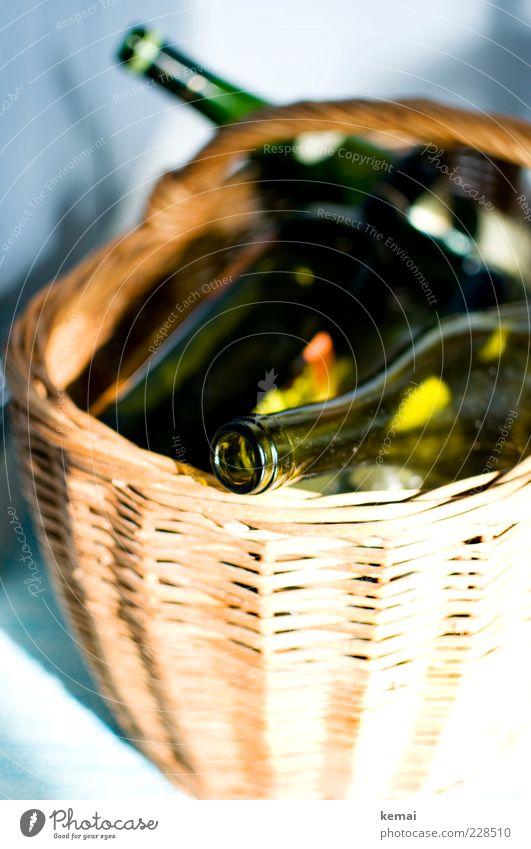 Altglas Flasche Weinflasche Korb Weidenkorb Einkaufskorb Grünglas grün leer Müll Recycling Sammlung Behälter u. Gefäße Farbfoto Innenaufnahme Tag Licht Schatten