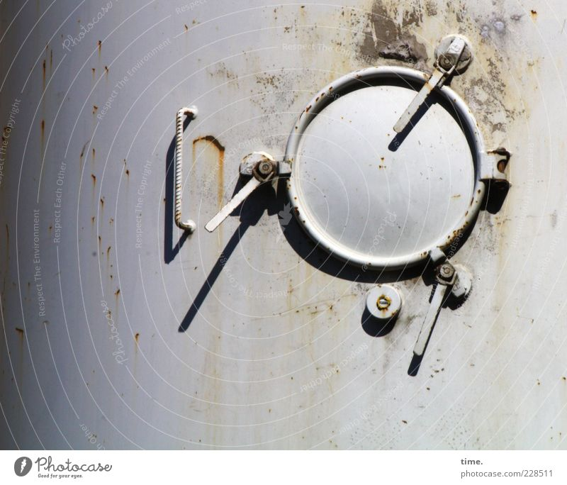 Raumstation (nichtautorisierter Bausatz, Außenluke) Industrie Metall Rost alt rund grau Industriefotografie Klappe Blech Metallwaren Hebel Scharnier Kreis