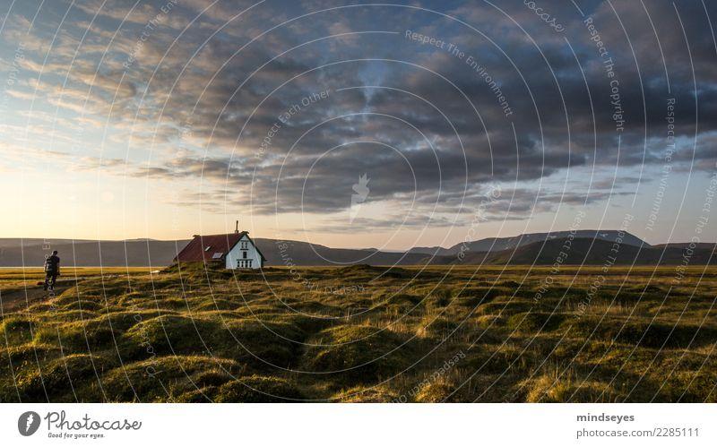 Ankommen Mensch Himmel Natur Ferien & Urlaub & Reisen Mann Sommer Landschaft Erholung Einsamkeit Wolken Berge u. Gebirge Erwachsene Gras Tourismus Freiheit