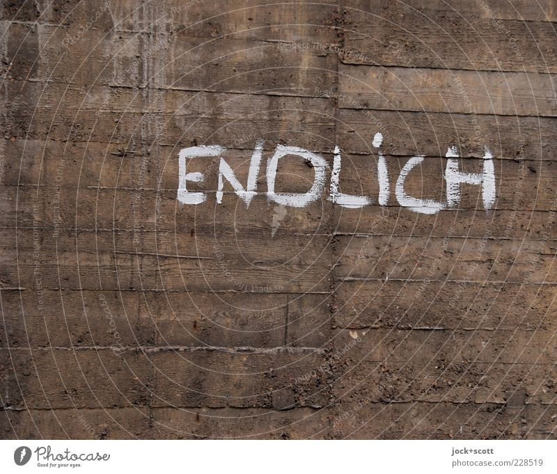 endlich schön Mauer Wand Beton Schriftzeichen Graffiti Linie Streifen alt authentisch dunkel einfach braun Neugier Zukunftsangst Ungeduld Kreativität rein