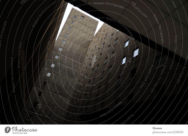 Hinterhof mit Himmel Haus Stadt Menschenleer Architektur Wohnhaus Wohnhochhaus Plattenbau Wand Fassade Brandmauer Fensterfront dunkel grau Betonwand Farbfoto