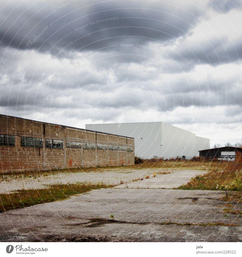 industriegebiet Himmel alt Wolken Wand Architektur Gras Gebäude Mauer Fassade Beton Platz neu trist Industrie Bauwerk Fabrik