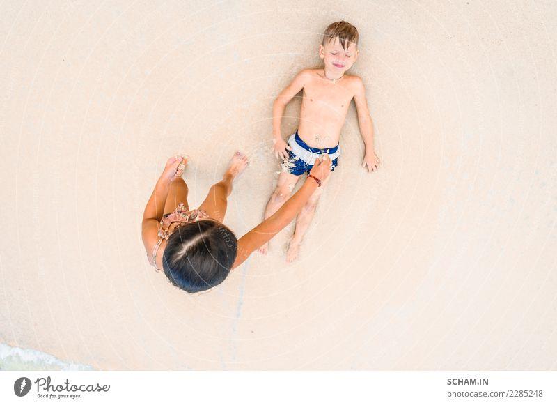 Kind Mensch Sommer Landschaft Freude Mädchen Strand Lifestyle lachen Junge Freiheit Sand oben liegen Kindheit Fröhlichkeit