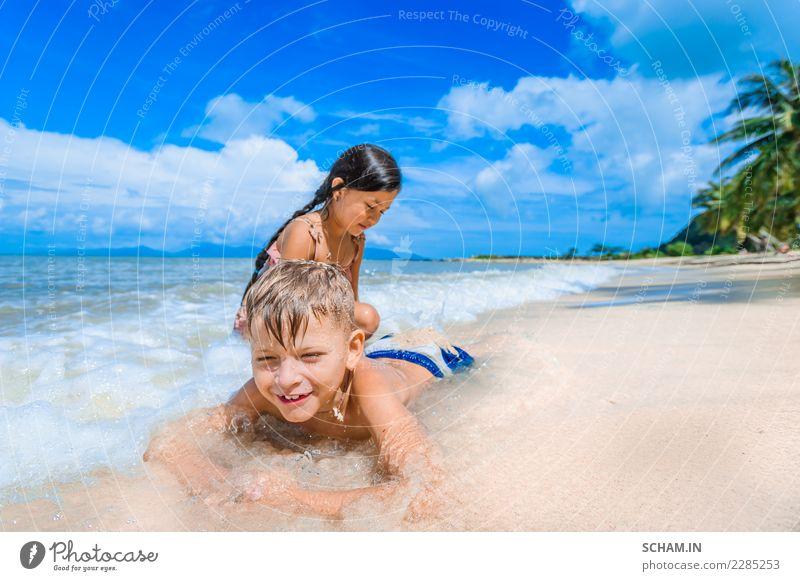 Niedliche Kinder, die Spaß am sonnigen tropischen Strand haben. Lifestyle Freude Freiheit Sommer Insel Mensch Mädchen Junge Kindheit 2 3-8 Jahre Jugendkultur