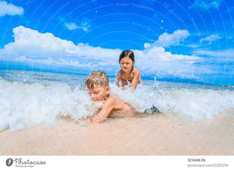 Nette Kinder, die Spaß auf dem sonnigen tropischen Strand haben. Mensch blau Sommer schön Landschaft Sonne Meer Freude Mädchen Leben Lifestyle natürlich Junge