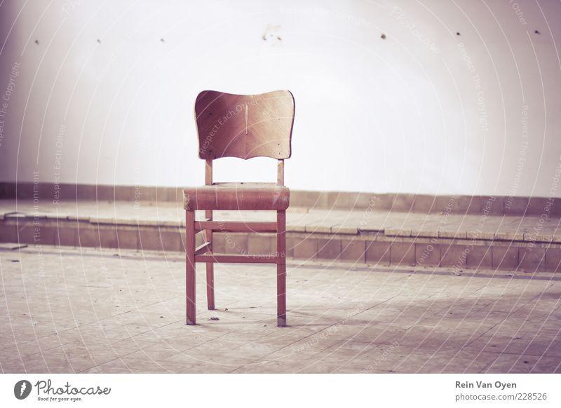 Stuhl Holz braun violett rot Einsamkeit Möbel desolat Städtebau Gedeckte Farben Innenaufnahme Menschenleer Textfreiraum Mitte