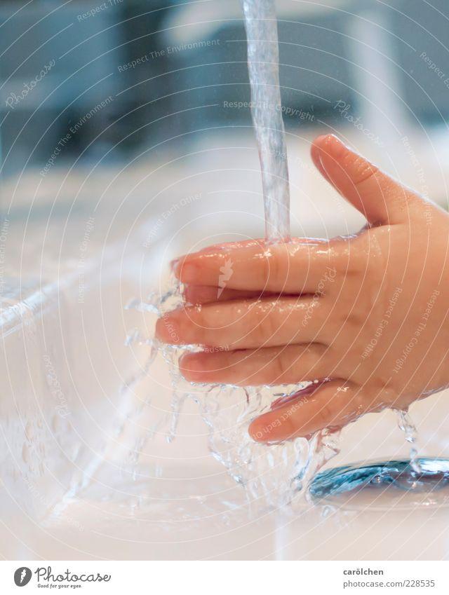 Unschulds.Hände Mensch Kind Wasser Hand blau nass Wassertropfen Finger Bad Sauberkeit rein Kleinkind Körperpflege Waschbecken Reinlichkeit Detailaufnahme