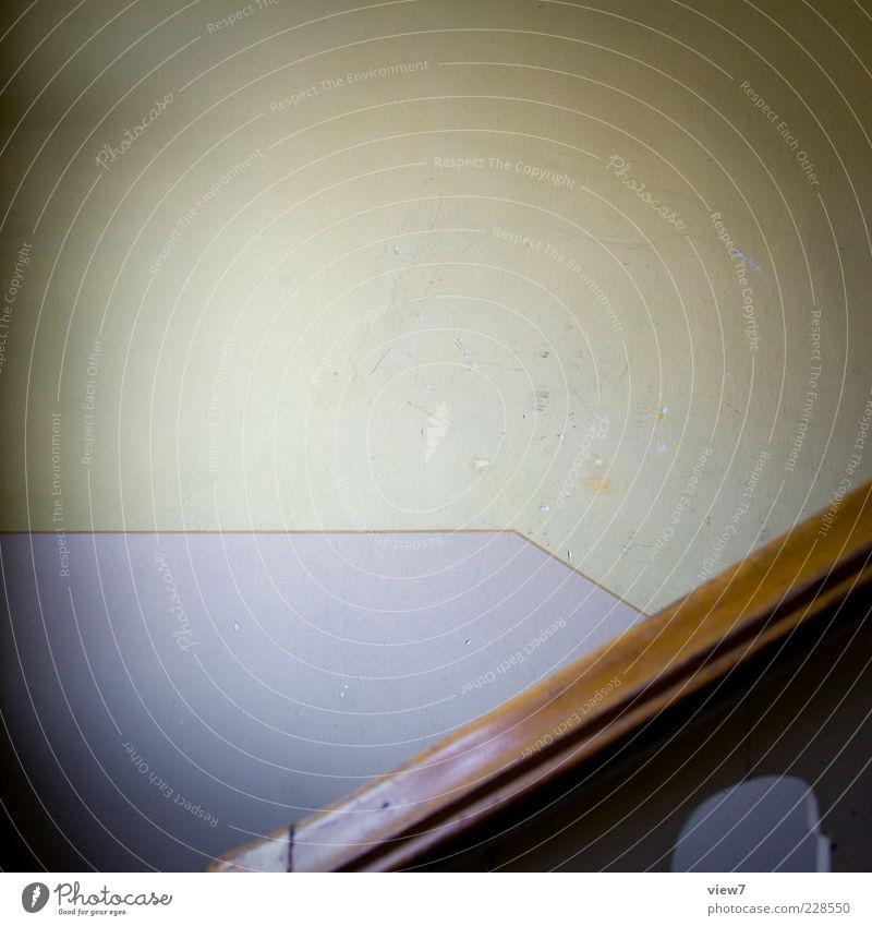 upstairs :: alt Einsamkeit dunkel Wand Holz Mauer Linie braun dreckig Beton ästhetisch authentisch Streifen retro einfach Spuren
