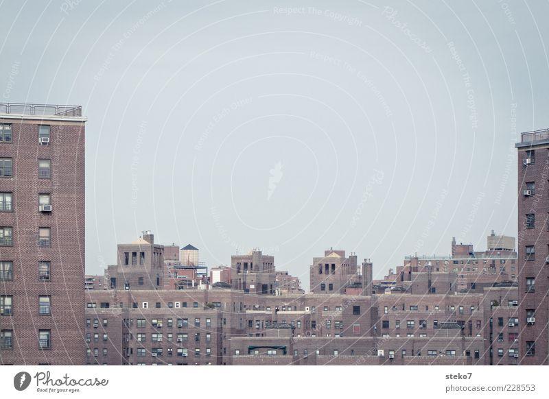 Backsteinkonglomerat Stadt rot Haus grau braun Fassade Armut Hochhaus trist Dach Skyline eng Stadtzentrum New York City hässlich Ghetto