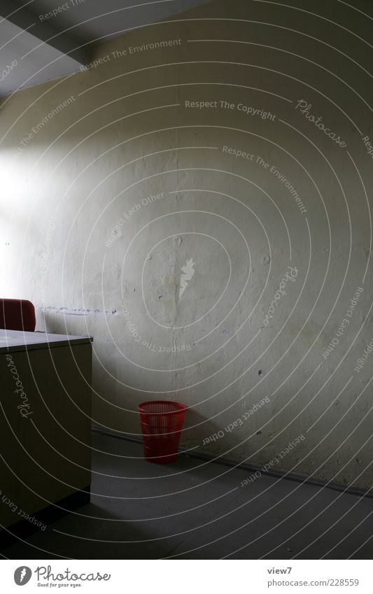 Tageslicht Innenarchitektur Möbel Schreibtisch Raum Büro Mauer Wand Stein Beton Linie Streifen alt ästhetisch authentisch einfach einzigartig Originalität retro