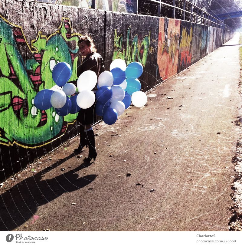Gefunden Wand Graffiti Spielen Bewegung Wege & Pfade Stein Mauer Feste & Feiern gehen Fassade Beton Bekleidung Luftballon beobachten Asphalt Zeichen