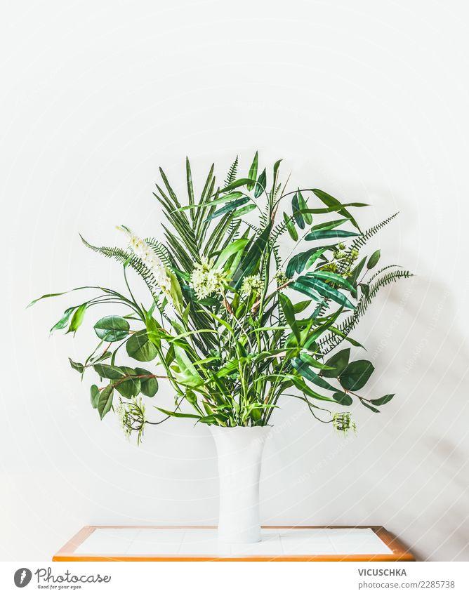Moderner Innenraum mit Vase und tropischen grüne Pflanzen Natur weiß Wand Hintergrundbild Innenarchitektur Stil Mauer Design Häusliches Leben hell