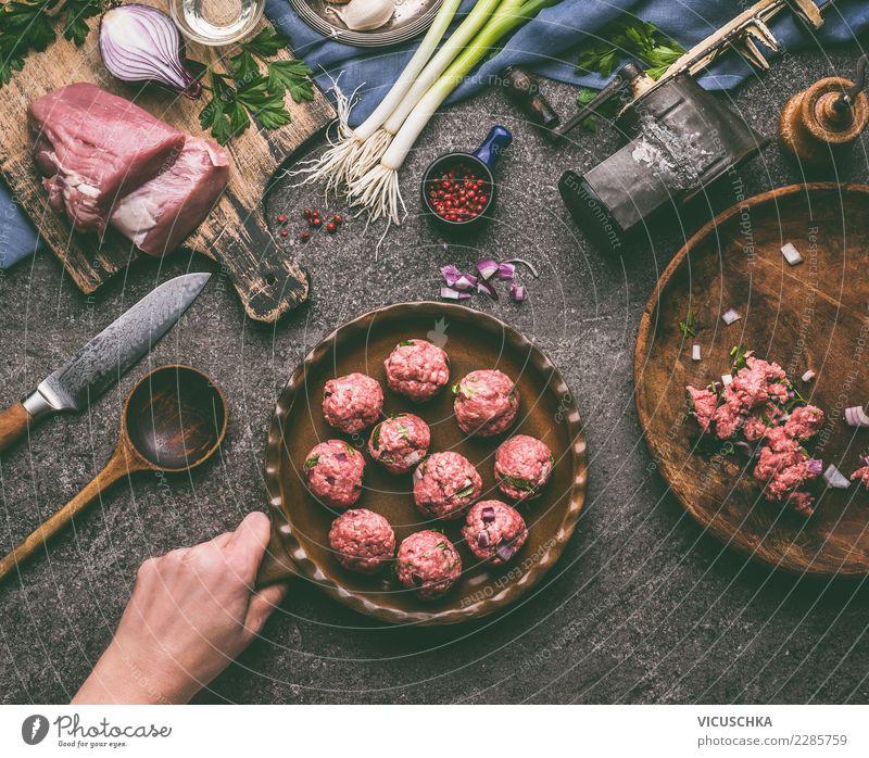 Hand haltet Pfanne mit Fleischbällchen Lebensmittel Kräuter & Gewürze Ernährung Abendessen Bioprodukte Geschirr Messer Löffel Stil Design Häusliches Leben Tisch