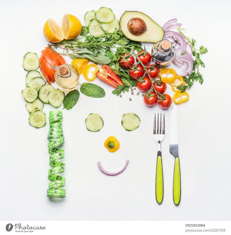 Gesunder Lebensstil und Diät Konzept. Lebensmittel Gemüse Salat Salatbeilage Ernährung Bioprodukte Vegetarische Ernährung Besteck Stil Design Freude Gesundheit