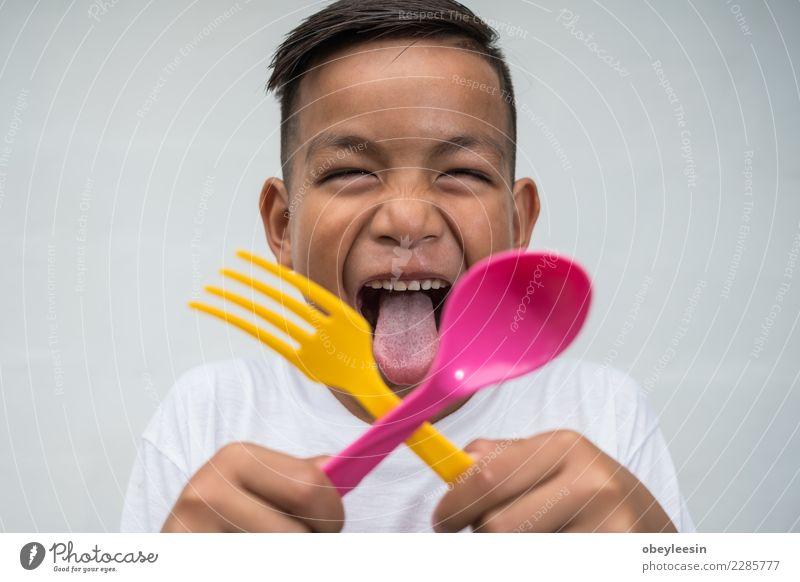 junger asiatischer Junge mit Foek und Löffel Frau Mensch Mann schön grün weiß Hand Gesicht Essen Erwachsene Leben Lifestyle natürlich Glück Freizeit & Hobby