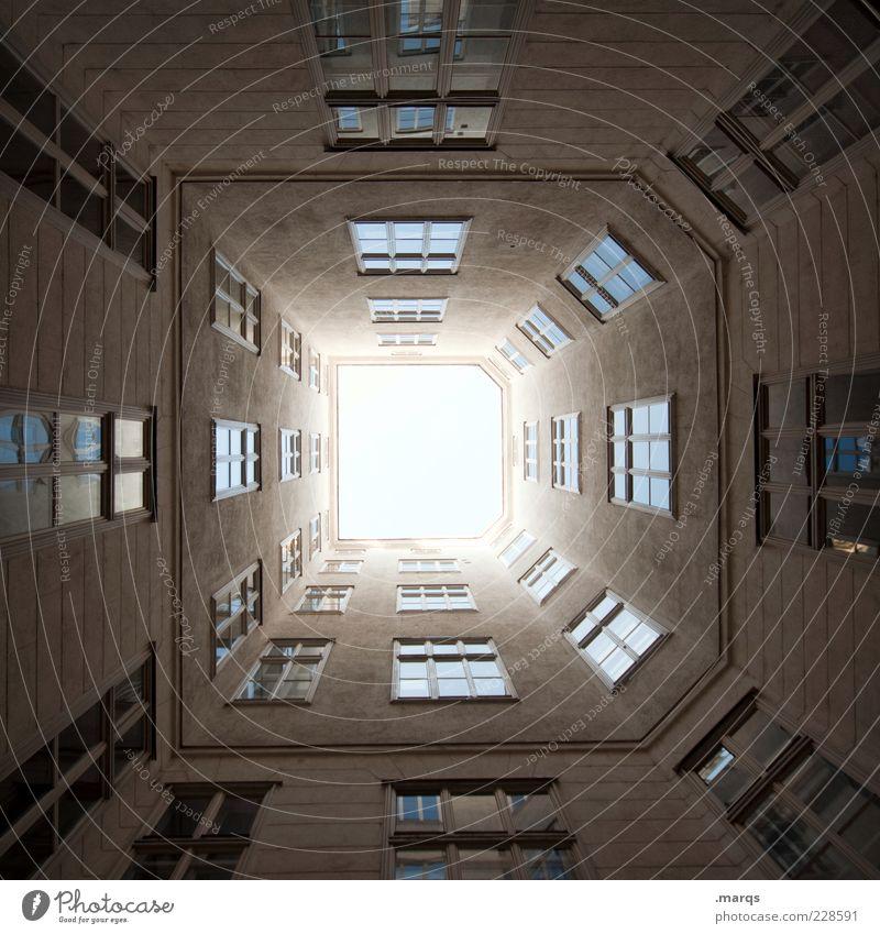 Dickes D Gebäude Architektur Fassade Fenster groß hoch Perspektive Symmetrie Hinterhof himmelwärts Immobilienmarkt Wien Farbfoto Außenaufnahme