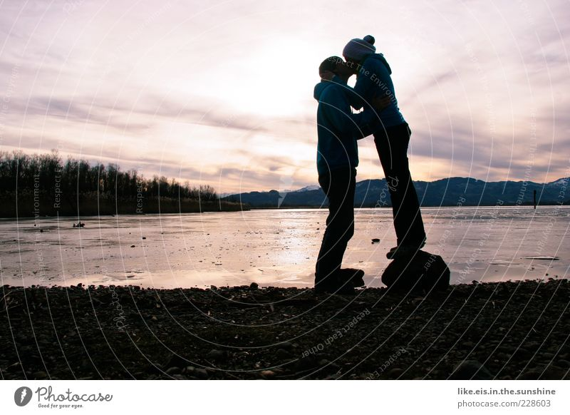 **schmetterlinge im bauch Mensch Himmel Jugendliche Winter Erwachsene Liebe Stein See Paar Zusammensein Eis Zufriedenheit maskulin stehen Hoffnung Frost
