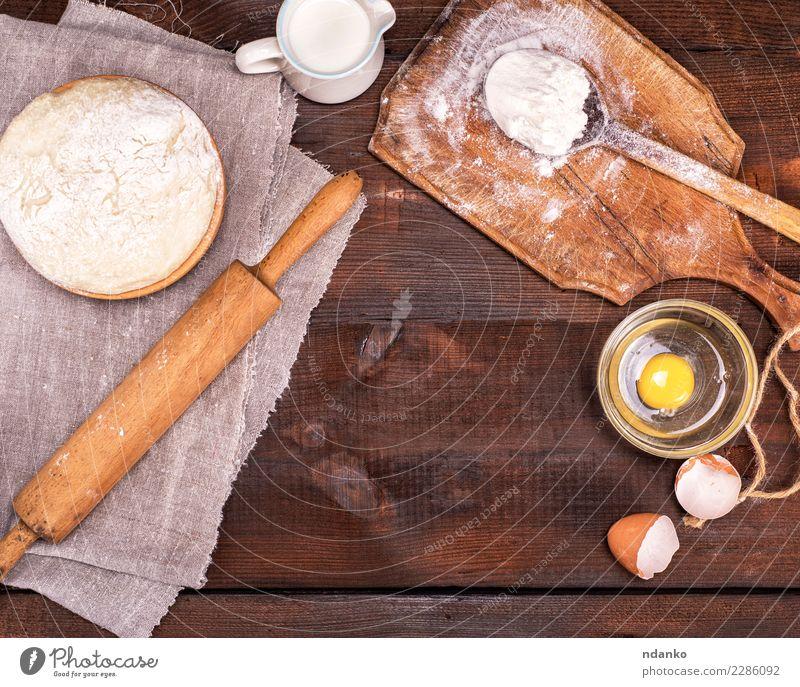 Hefeteig in einer hölzernen Schüssel Teigwaren Backwaren Brot Schalen & Schüsseln Löffel Tisch Küche Holz frisch natürlich braun weiß Nudelholz Hintergrund