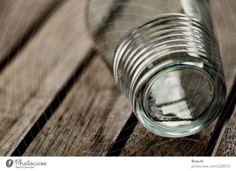 Durst Glas fallen Tisch Teak leer Wasserglas umfallen Außenaufnahme Menschenleer Schwache Tiefenschärfe 1